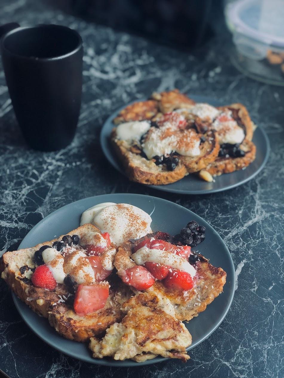 French Toast pudingu ja marjadega